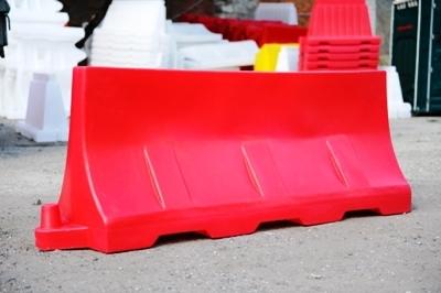 Почему пластиковые дорожные барьеры лучше металлических