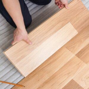 Укладка ламинированного покрытия пола в квартире