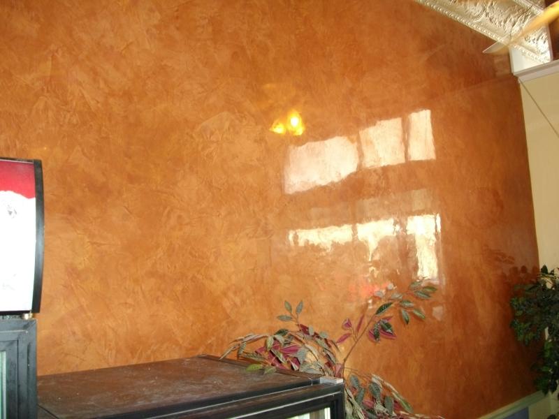 Второе, на что следует обращать внимание – насколько легко можно отремонтировать отделку в непредвиденных ситуациях. Так, если в доме есть маленькие дети – все стены лучше делать моющимися. Тут подойдут водостойкие покрытия – краска и лакированная штукатурка.