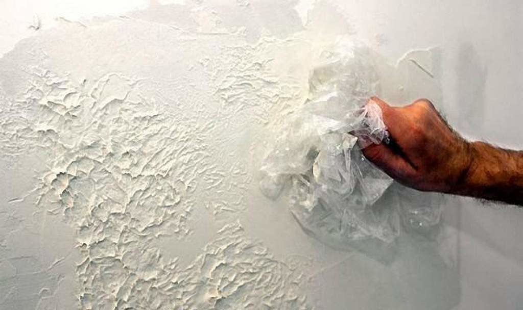 Например, удешевить отделку кривых стен можно, сделав простую рельефную штукатурку с помощью обычного целлофанового пакета.